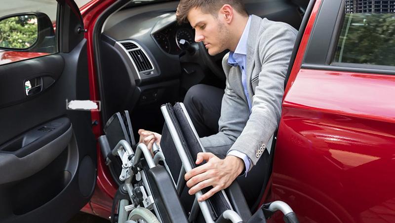 Cadeirante entrando em carro adaptado PCD